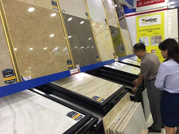 Khách hàng chọn mua gạch lát nền 80x80 tại Hải Linh
